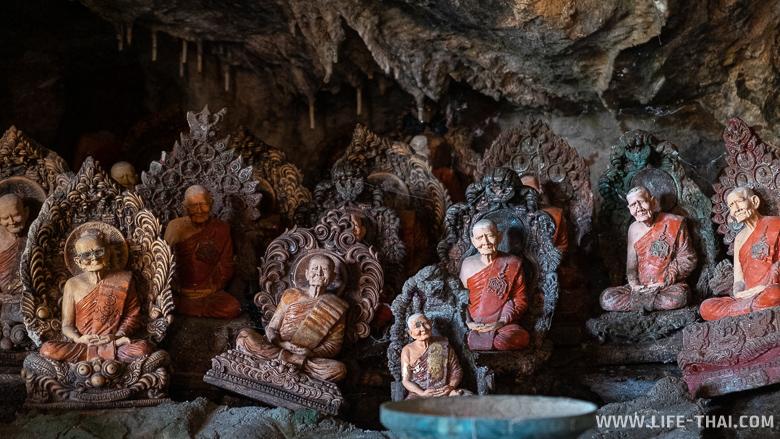 Статуэтки монахов в пещере Khao Pina в Транге