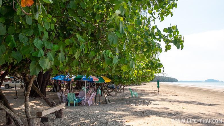 Столики на пляже Пак Менг