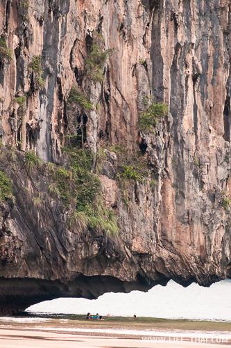 Скала нависает над пляжем Яо, Транг, Таиланд