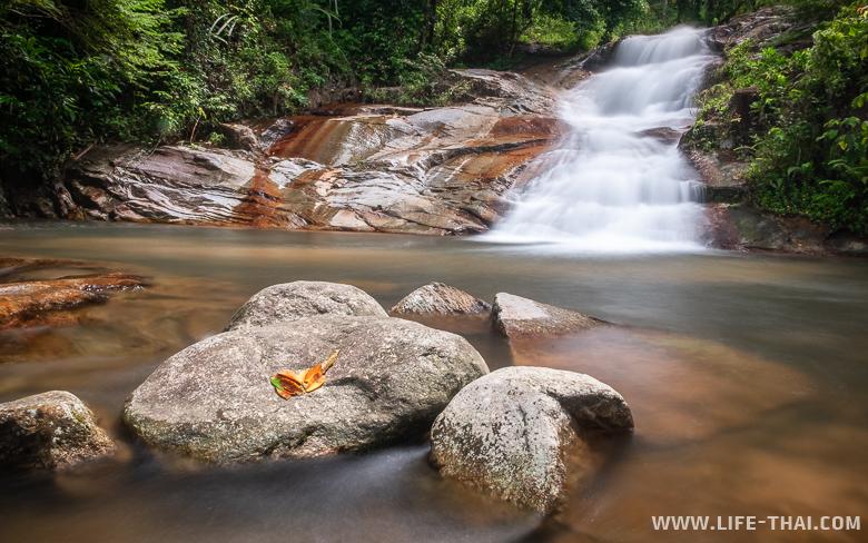 Красивый водопад рядом с Трангом