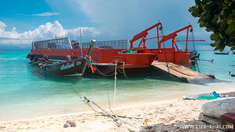 Мусорная баржа на пляже Санрайз бич