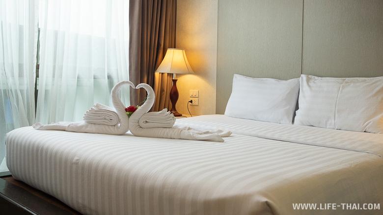 Кровать в номере недорого отеля на ко Липе