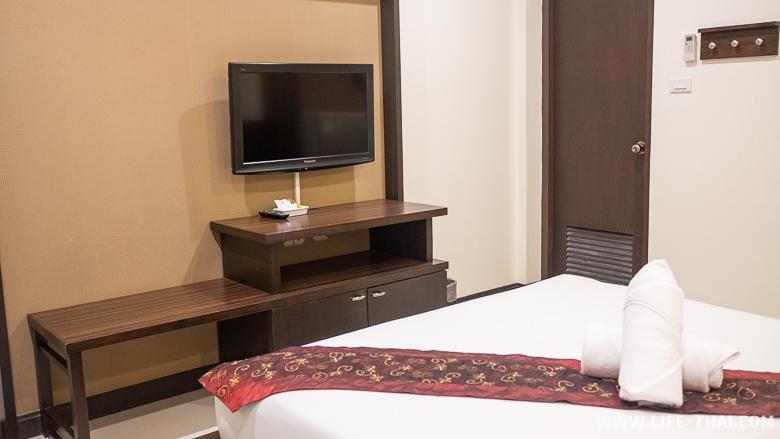 Телевизор и тумба в отельном номере