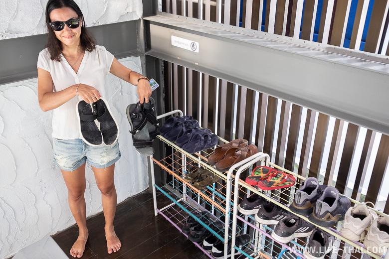 В коридоре отеля нужно снимать обувь