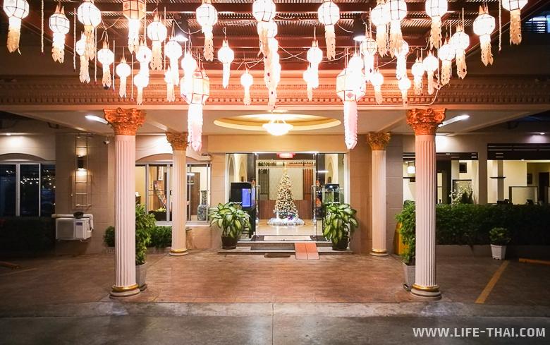 Вход в отель Sakulchai Place Hotel