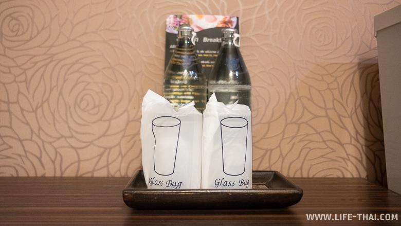 Две бутылки воды и стаканы