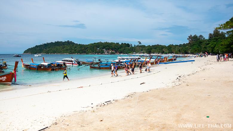 Часть пляжа Паттайя бич на ко Липе заставлена лодками