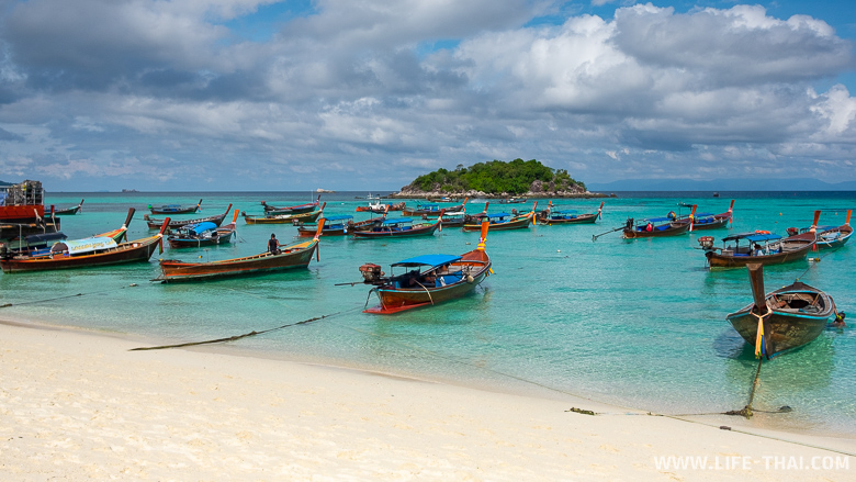 Лодки в центральной части пляжа Sunrise beach на ко Липе