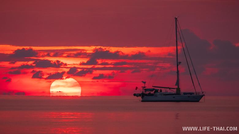 Яхта на закате в Андаманском море на ко Липе
