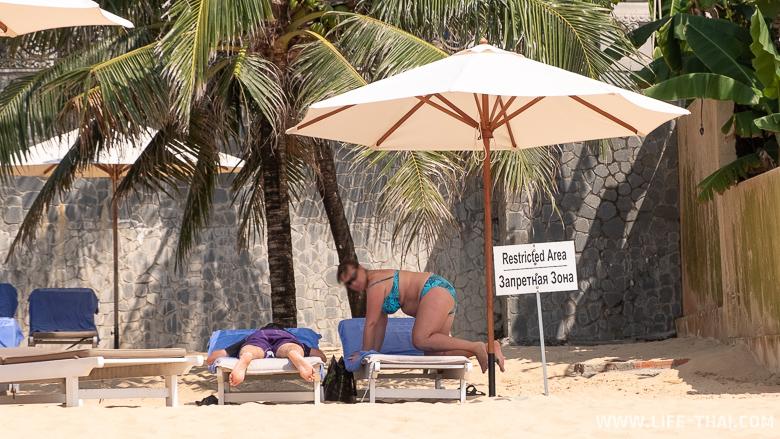 Женщина на лежаке на пляже