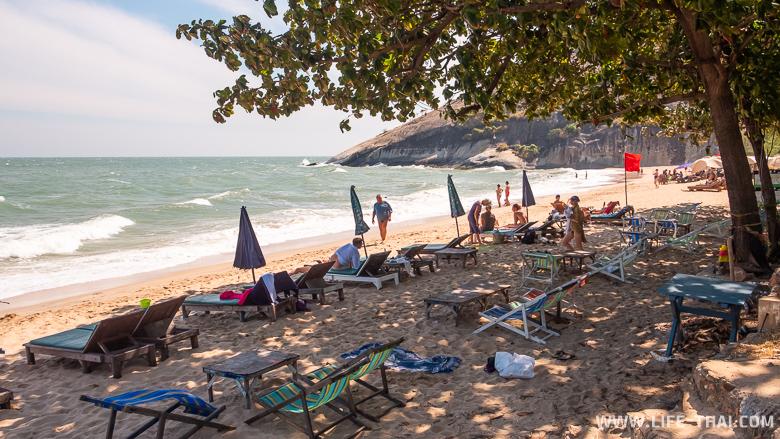 Лежаки на пляже Сай Ной в Хуа Хине