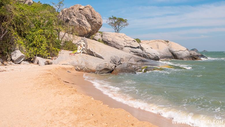 Каменный мыс с русалкой в конце пляжа Sai Noi