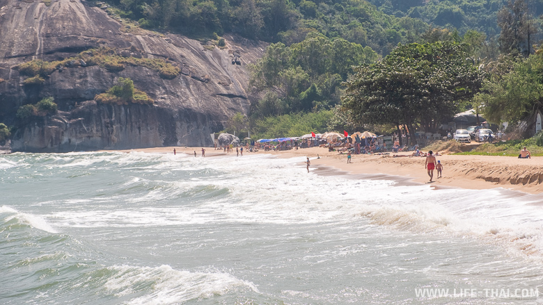 Волны в декабре на пляже