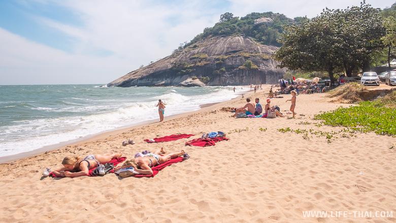 Люди отдыхают на пляже Сай Ной