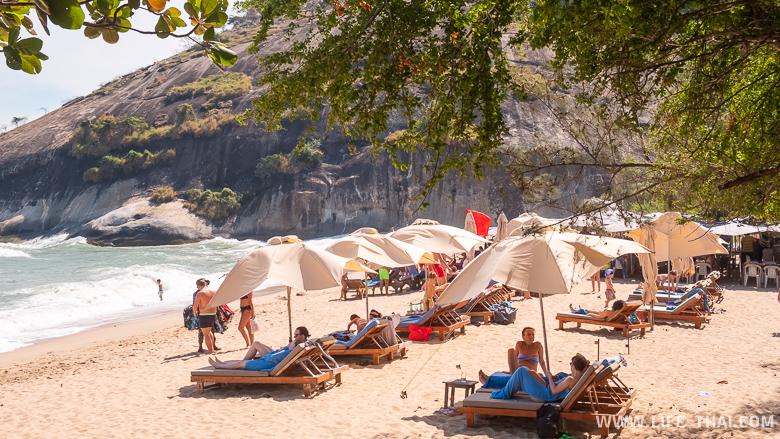 Шезлонги на пляже Sai Noi