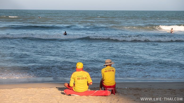 Спасатели на лучшем пляже Дананга