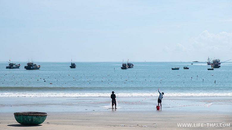 Рыбаки на пляже в Дананге