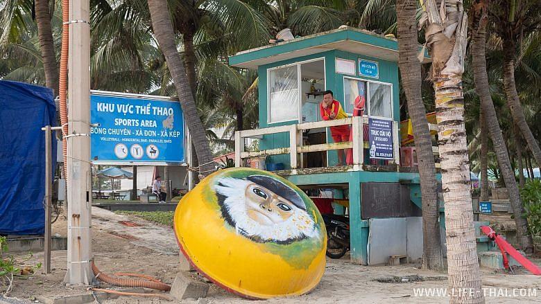 Спасатель на пляже Микхе в Дананге