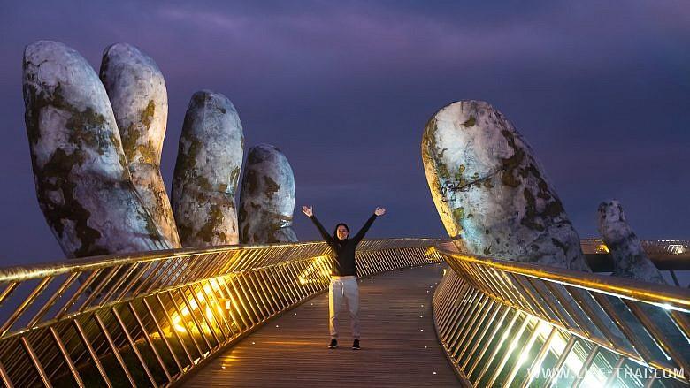Я стою на золотом мосту в Дананге