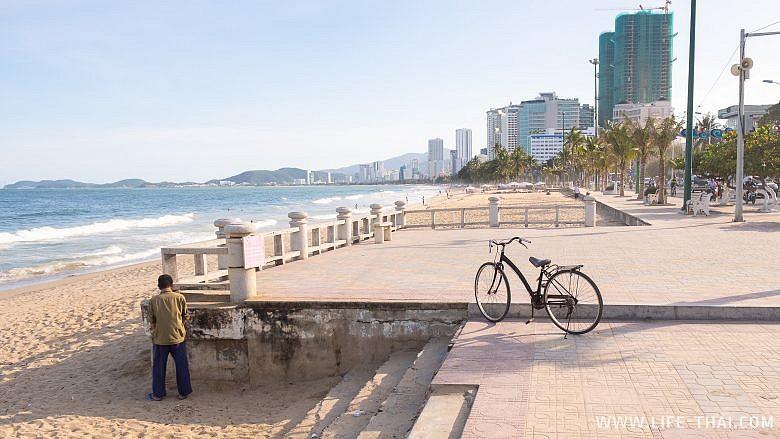 Вьетнамец писает прямо на набережной