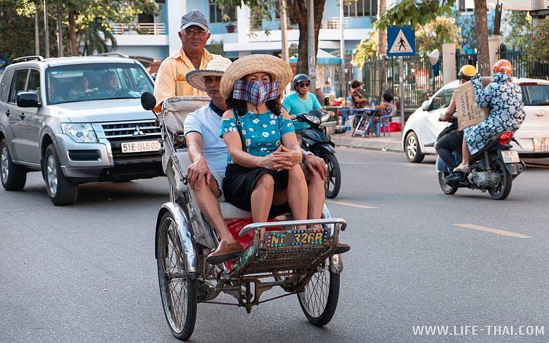 Велорикша на улице в Нячанге