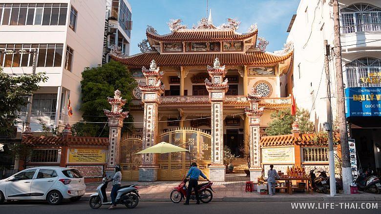 Храм в Нячанге, фото
