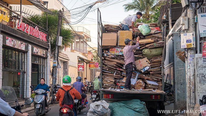 Нячанг, вьетнамцы загружают грузовик мукалатурой