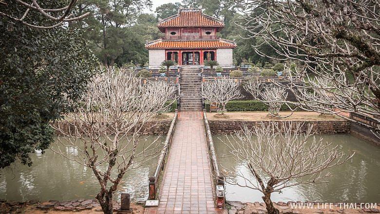 Территория одной из императорских гробниц в Хюэ