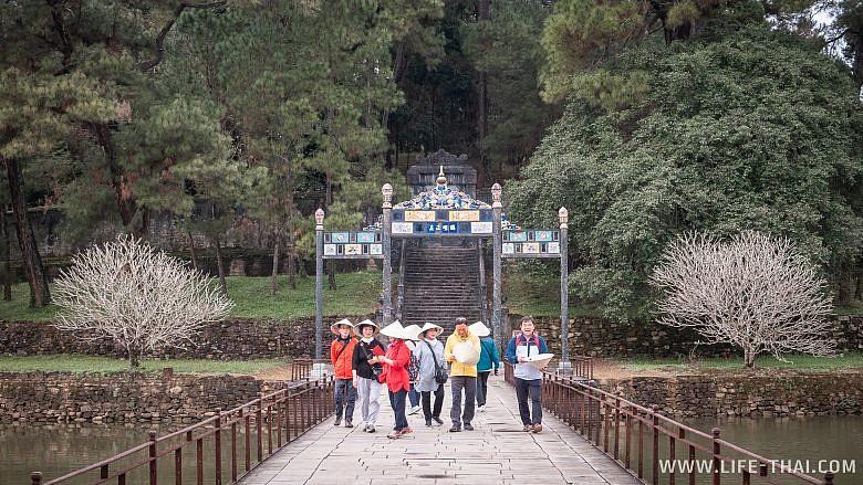 Туристы в императорской усыпальнице, Вьетнам