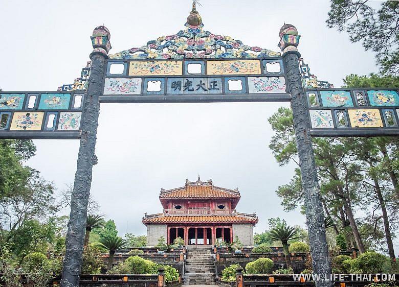 Ворота в гробнице императора, Хюэ