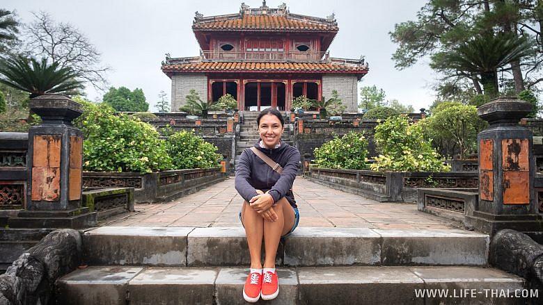 Я на фоне одного из зданий в императорской усыпальнице в Хюэ