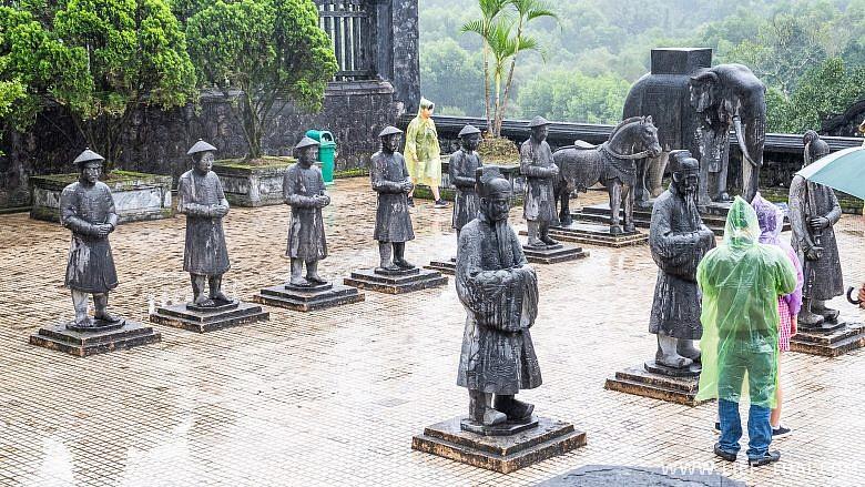 Территория гробницы Кхай Диня в Хюэ