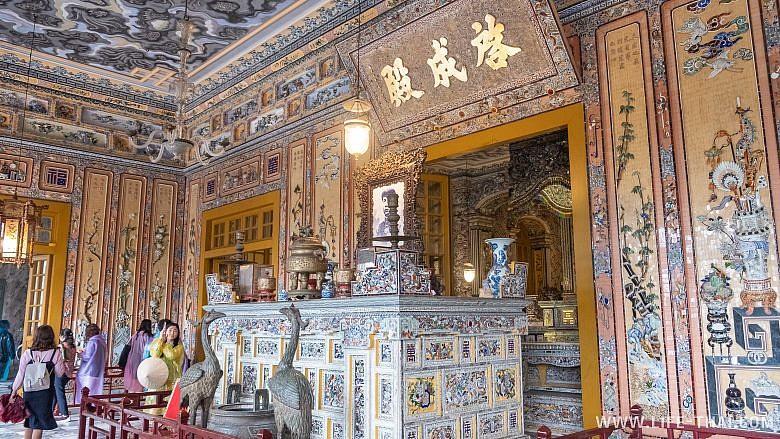 Усыпальница Кхай Диня внутри, Хюэ