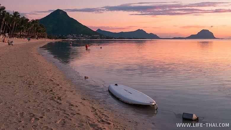 Закат на пляже Маврикия