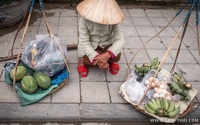 Вьетнамка продаёт овощи на улице в Хюэ