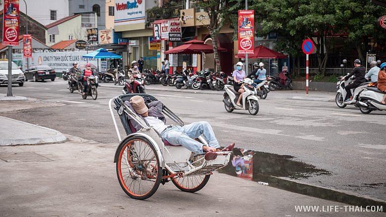 Велорикша спит