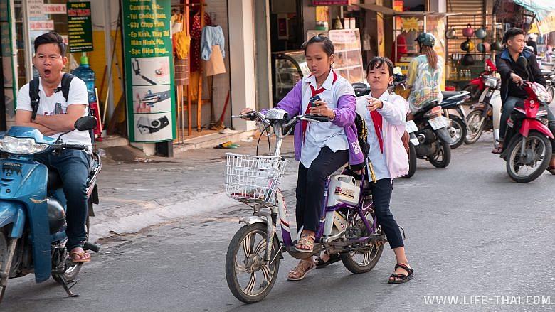 Вьетнамские школьницы в Нячанге