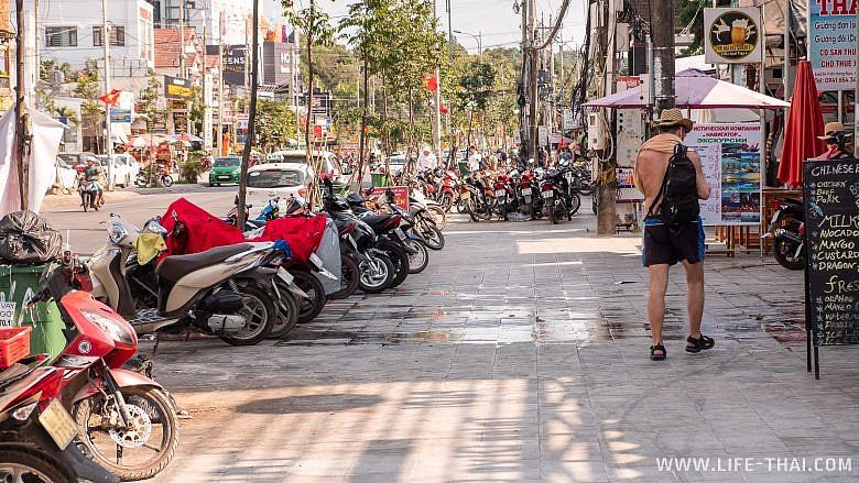 Тротуары на Фукуоке заставлены мотобайками