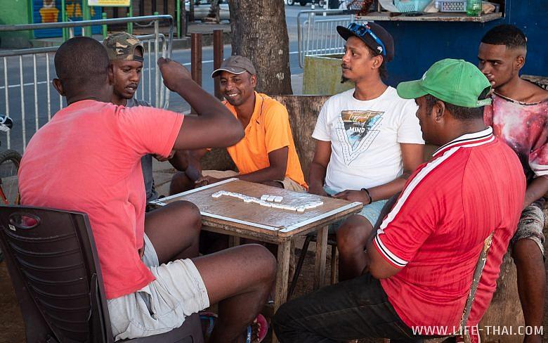 Маврикийцы играют в домино