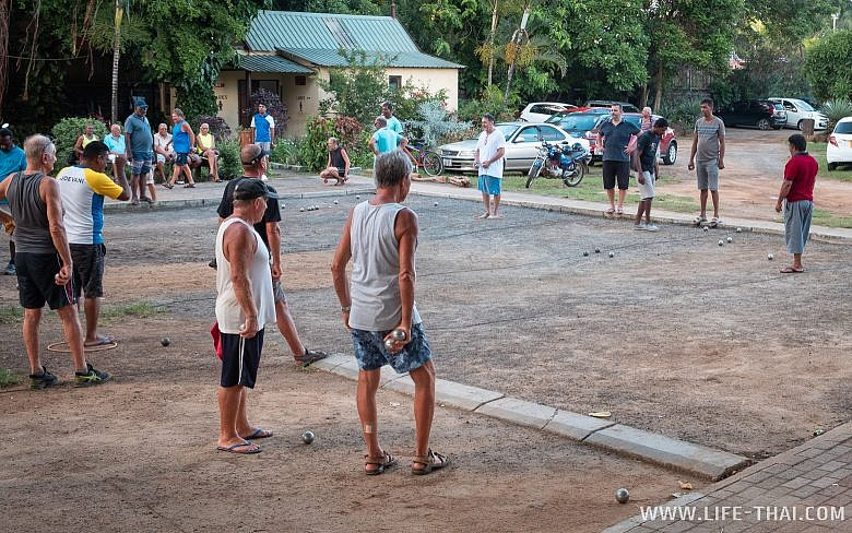 Маврикийцы играют в петанк