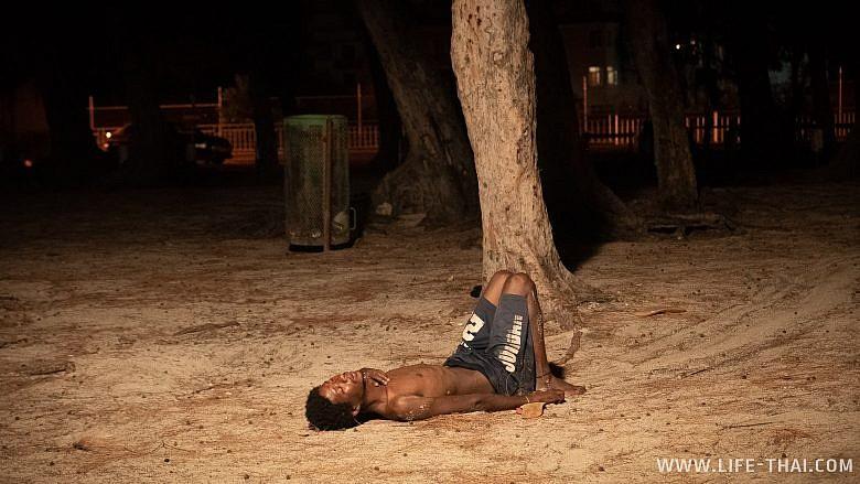 Пьяный маврикиец остался спать на пляже