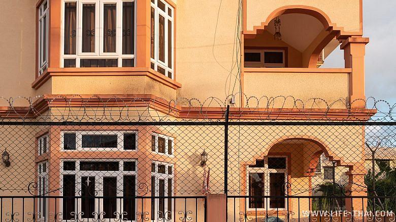 Дом обнесён колючей проволок на Маврикии