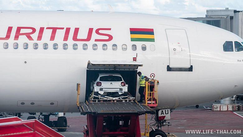В самолёт грузят машину на Маврикии