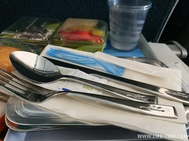 Столовые приборы на борту Air Mauritius