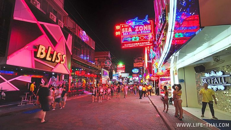 Walking street в Паттайе - знаменитая улица с гоу-гоу барами и проститутками