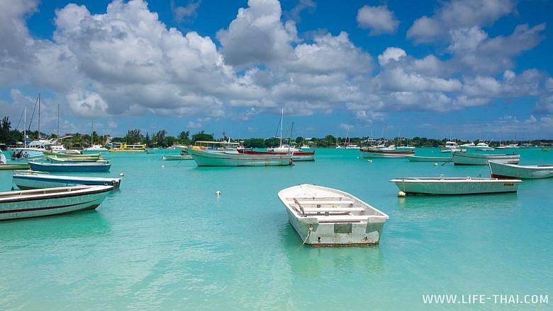 Лодки на пляже Гранд Бей