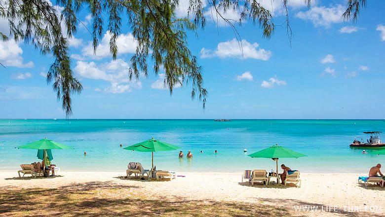 Лежаки на пляже Mont Choisy на Маврикии
