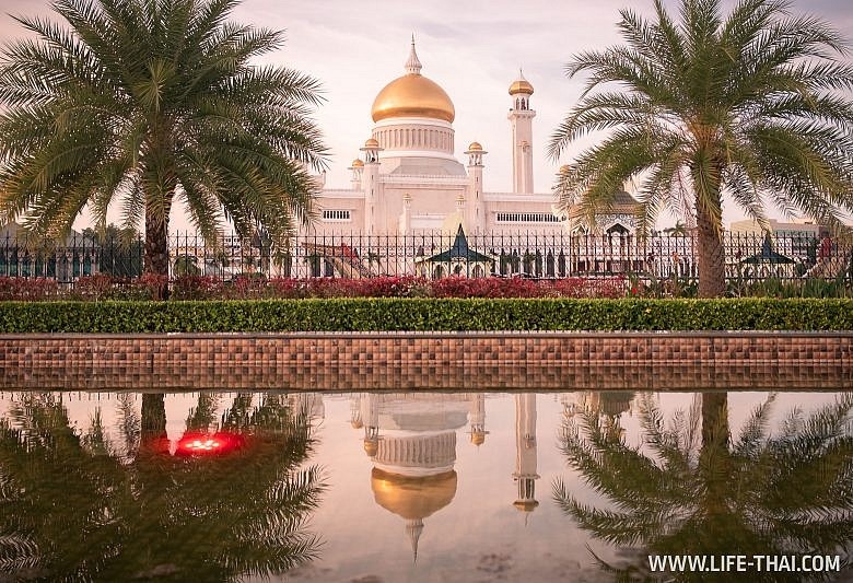 Мечеть Омара Али Сайфуддина в Бандар Сери Бегаване, Бруней