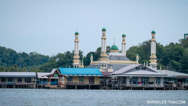Мечеть и рыбацкая деревня на экскурсии по реке в Брунее