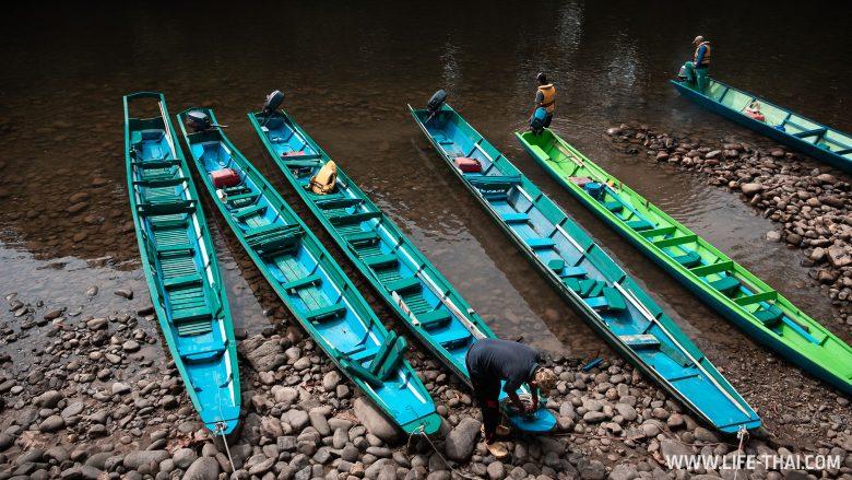 Баркасы, чтобы добраться по реке в Улу Тембуронг